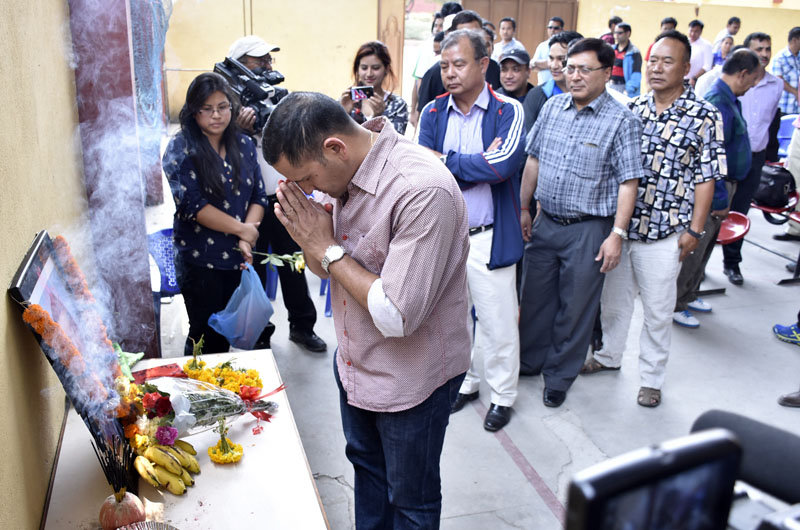 President of NNIPA Deepak Bista pays tribute to Suman Bhomjan, who was killed in last yearu0092s earthquake, during a condolence meet norganised by NSJF in Kathmandu on Sunday. May 01, 2016. Photo: THT