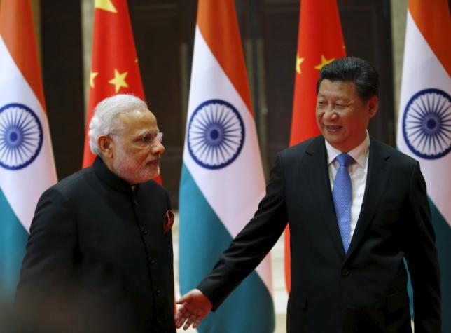 Chinese President Xi Jinping (right) guides Indian Prime Minister Narendra Modi to a meeting room in Xian, Shaanxi province, China, May 14, 2015. Photo: Reuters