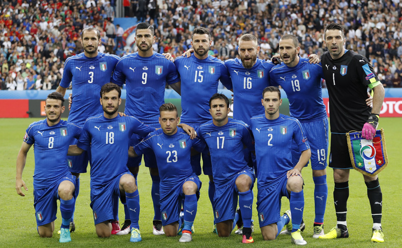 Italy team pose for a photo prior to their Euro 2016 Round of 16 soccer match against Spain at Stade de France, Saint-Denis near Paris, in France, on Monday, June 27, 2016. Photo: Reuters