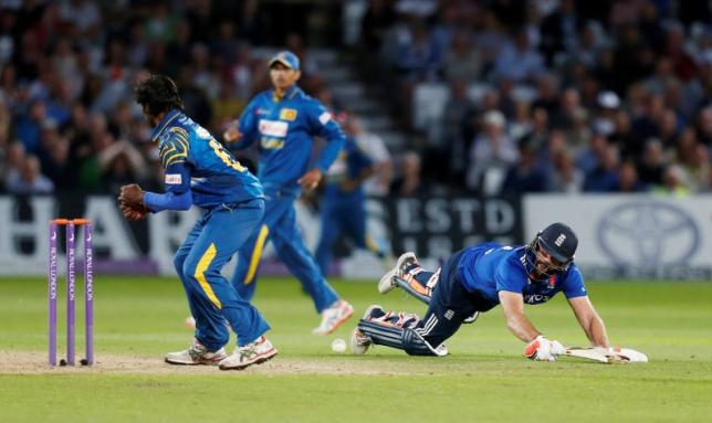 England's Liam Plunkett (R) in actionnAction Images via Reuters / Ed Sykes