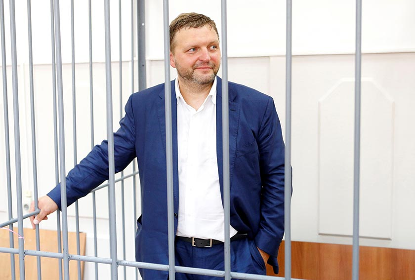Governor of Kirov region Nikita Belykh, who is accused by the Investigative Committee of taking a bribe, stands inside a defendants' cage during a hearing at the Basmanny district court in Moscow, Russia, June 25, 2016. REUTERS/Maxim Zmeyev