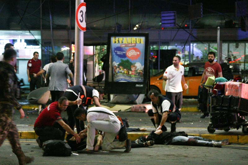 Paramedics attend to casualties injured outside Turkey's largest airport, Istanbul Ataturk, Turkey, following an attack, June 28, 2016. Photo: Reuters