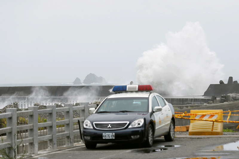 Waves crash at the coast as Typhoon Nepartak approaches in Yilan, Taiwan July 7, 2016. Photo: Reuters