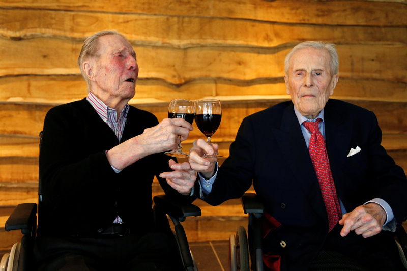 The world's oldest living twin brothers, Paulus (L) and Pieter Langerock from Belgium, toast with a glass of red wine at the Ter Venne retirement home in Sint-Martens-Latem, Belgium on July 4, 2016.Photo: REUTERS