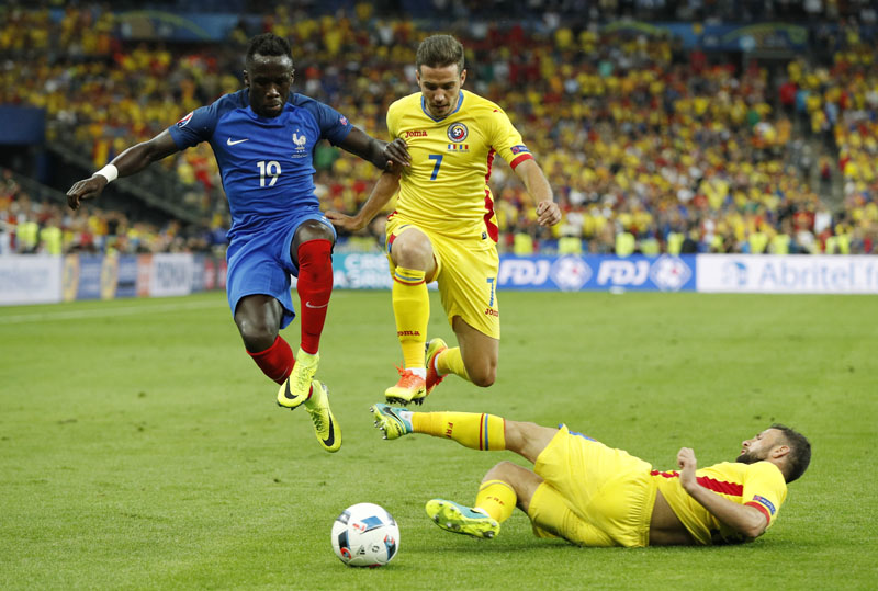 France's Bacary Sagna in action with Romania's Alexandru Chipciu of Romania on June 16, 2016. Photo: Reuters/FilennnnLivepic