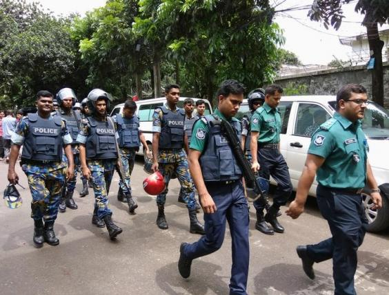 Security personnel are seen near the Holey Artisan restaurant hostage site, in Dhaka, Bangladesh, July 2, 2016. REUTERS/Mohammad Ponir Hossain