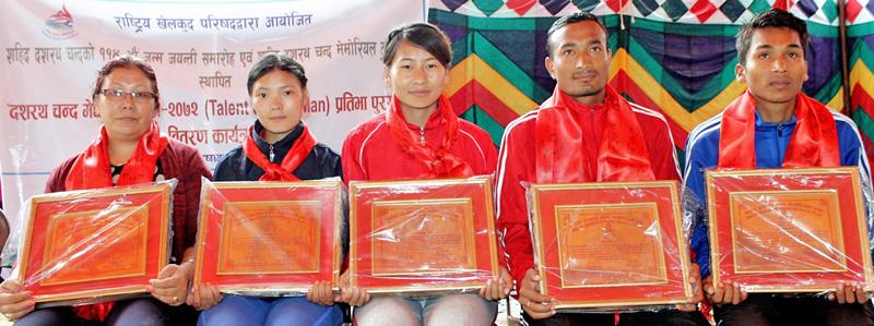 Dasharath Chand Talent Award (1) -- Mother of Phupu Lhamu Khatri, Nima Gharti Magar, Nima Gurung, Biraj Maharjan and Rajesh Chaudhary. Photo: THT
