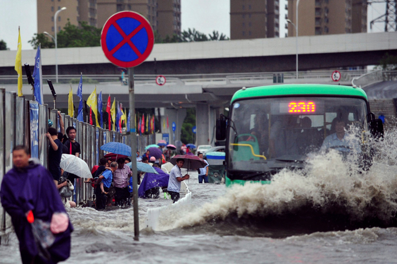A bus goes through a flooded street in Wuhan, Hubei province, China July 6, 2016. Photo: Reuters