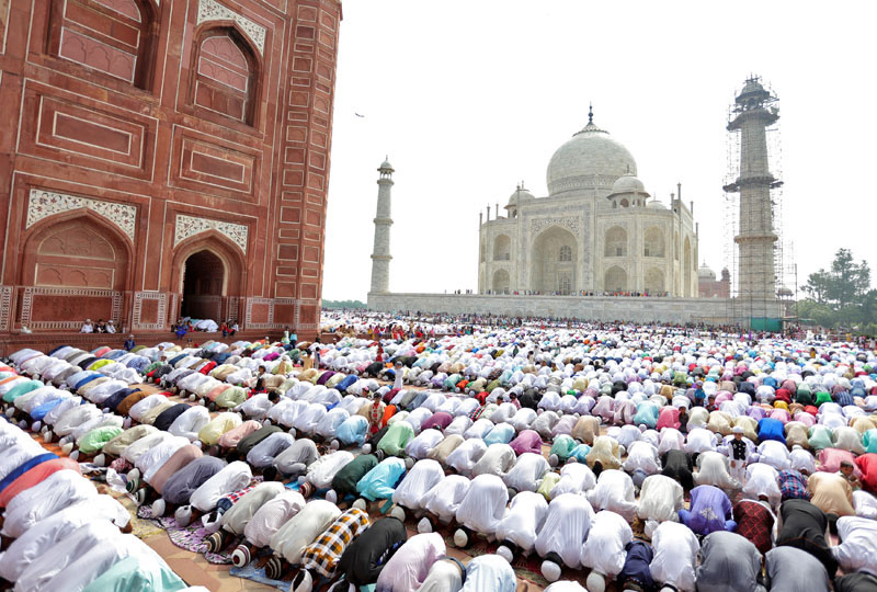 Muslims attend Eid al-Fitr prayers to mark the end of the holy fasting month of Ramadan, at the Taj Mahal mosque in Agra, India, on July 7, 2016. Photo: Reuters