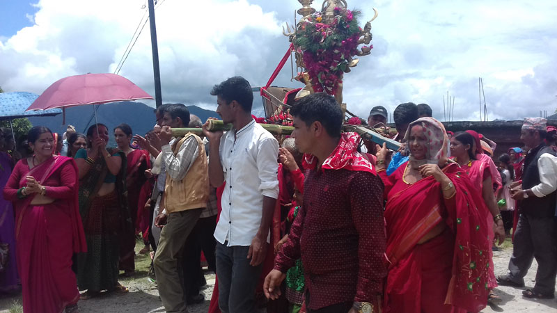 Locals carrying the statue of Hindu deity Mahakali to the under construction temple in Phoksingkot, Nirmalpokhari in Kaski district, on July 20, 2016. Photo: RSS