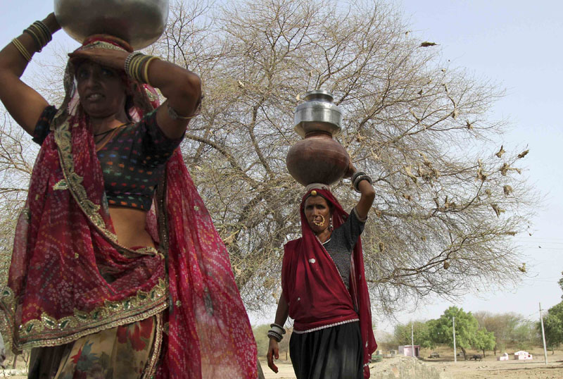 Women carry pitchers filled with drinking water in Devmali village in the desert state of Rajasthan, India, on June 16, 2016. Photo: Reuters