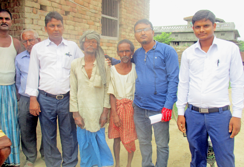 Representatives of the non-governmental organization Ananda Ban reconciling leprosy patient Inar Dev Ram (fourth from right) with his family, in Basantapatti VDC, Rautahat, on Thursday, July 14, 2016. Photo: THT