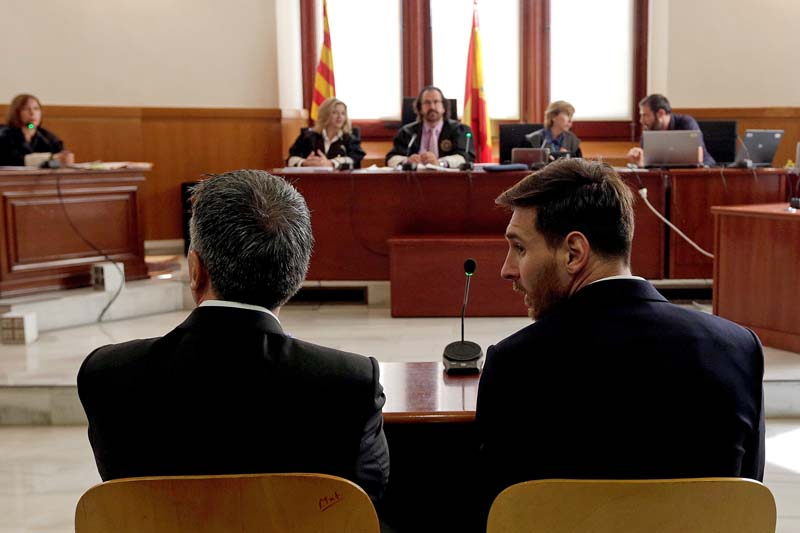 Barcelona's Argentine soccer player Lionel Messi (right) sits in court with his father Jorge Horacio Messi during their trial for tax fraud in Barcelona, Spain, on June 2, 2016. Photo: Reuters