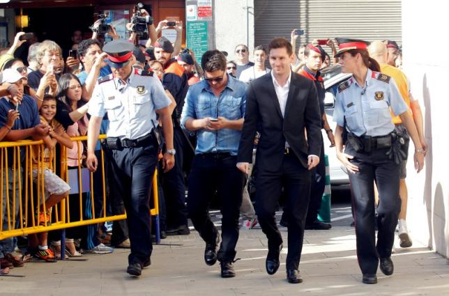 Barcelona's forward Lionel Messi (2nd R) arrives at a court to answer charges of tax evasion in Gava, northern Spain, September 27, 2013. REUTERS/Albert Gea/Files - RTX2JXK5