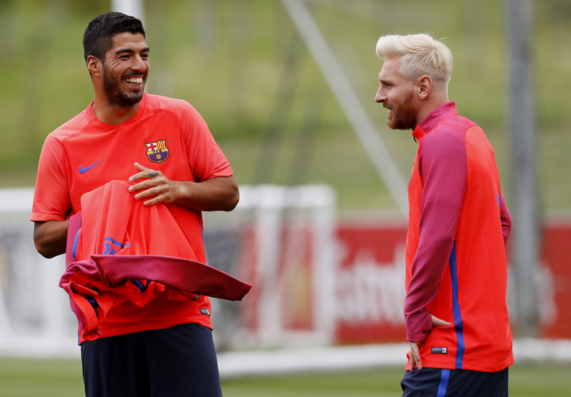 FC Barcelona's Lionel Messi (R) and Luis Suarez during trainingn at St Georges Park National Football Centre, Burton-upon-Trent, on Monday, July 25, 2016. Photo: Reuters