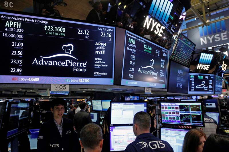 Traders and executives gather for the IPO of AdvancePierre Foods Inc. on the floor of the New York Stock Exchange (NYSE) in New York City, US, on July 15, 2016. Photo: Reuters