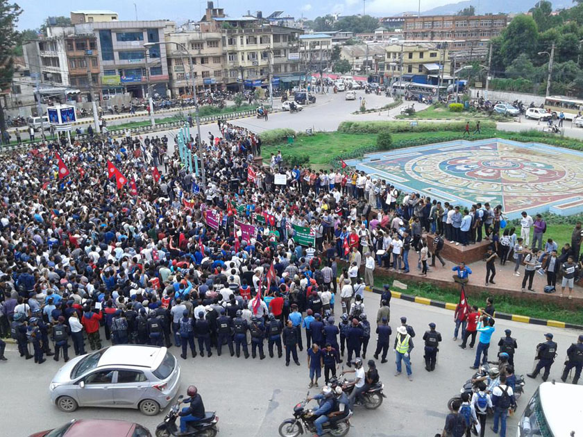 People gather to stage a peaceful rally to protest a no-confidence motion tabled against Prime Minister KP Sharma Oli at the Legislature-Parliament, at Maitighar Mandala, Kathmandu on Friday July 15, 2016. Photo: Maheswor Chaudhary/Twitter