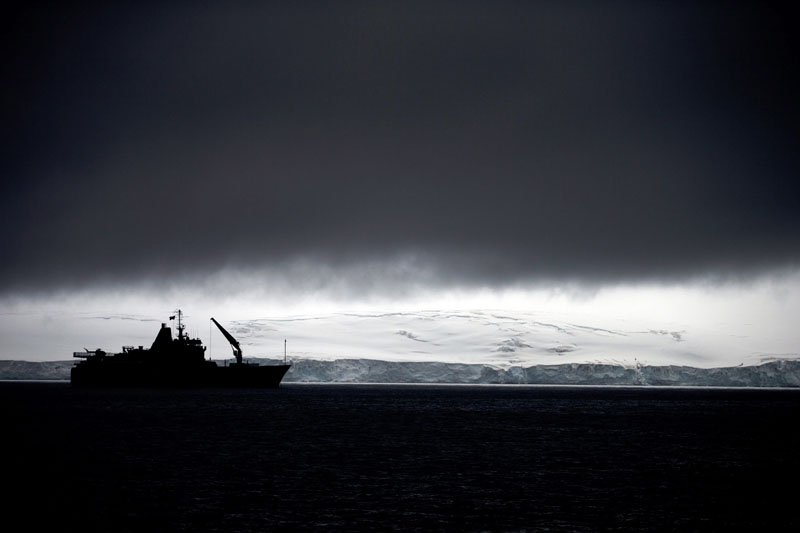 FILE - Chile's Navy ship Aquiles moves alongside the Hurd Peninsula, seen from Livingston Islands, part of the South Shetland Islands archipelago in Antarctica, on January 25, 2015. Photo: AP
