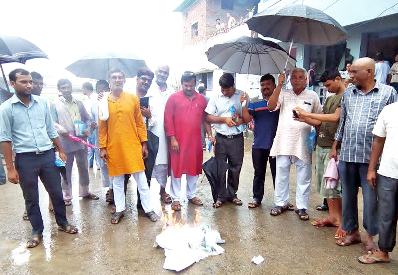 Leaders and cadres of the Federal Alliance setting fire to documents after obstructing the district level counselling workshop on Local Level Restructuring, in Gaur, Rautahat, on Monday, July 25, 2016. Photo: THT