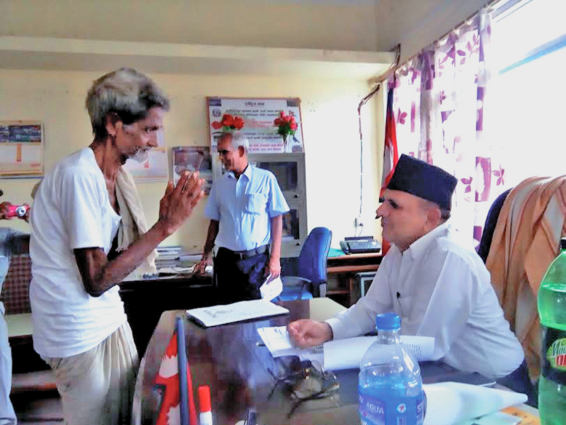 Ram Dhari Das seeking justice from CD O Nara Hari Baral in the DAO, Rautahat, on Sunday, July 18, 2016. Photo: THT