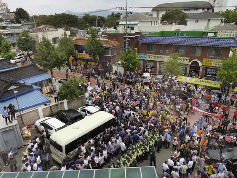 Residents block a bus carrying South Korean Prime Minister Hwang Kyo-ahn in Seongju, South Korea, on Friday, July 15, 2016. Photo: Shon Dae-sung/Yonhap via AP