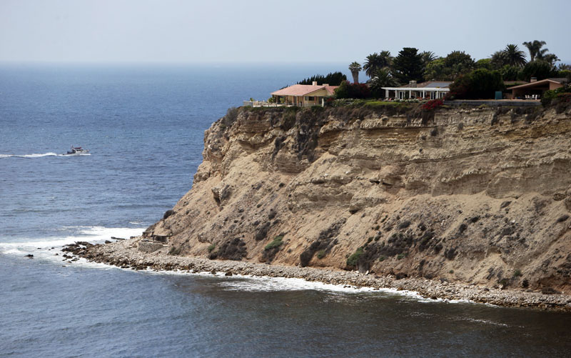 Large homes atop a bluff at Rocky Point, where a small stone structure is seen at lower left, in Lunada Bay in the tiny, seaside city of Palos Verdes Estates, California, on on July 12, 2016. Photo: AP