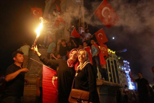 Supporters of Turkish President Tayyip Erdogan gather at Taksim Square in central Istanbul, Turkey, July 16, 2016. REUTERS/Kemal Aslan