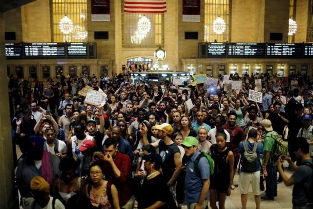 People go into Grand Central Station while they take part in a protest against the killing of Alton Sterling, Philando Castile and in support of Black Lives Matter during a march along Manhattan's streets in New York July 8, 2016. REUTERS/Eduardo Munoz