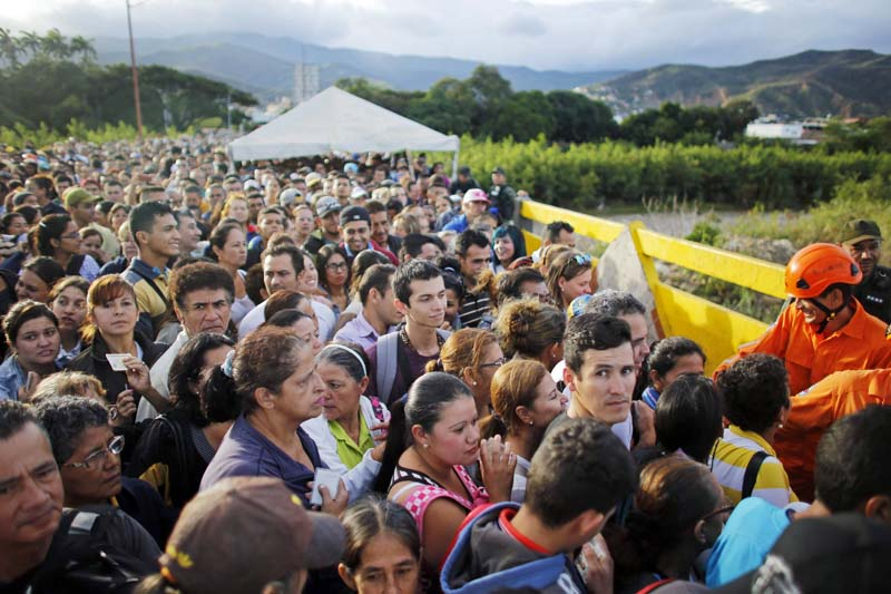 Venezuelans gather to cross the border between Venezuela and Colombia at the Simon Bolivar bridge in San Antonio del Tachira, Venezuela, to buy supplies on Sunday, July 17, 2016.Photo: AP
