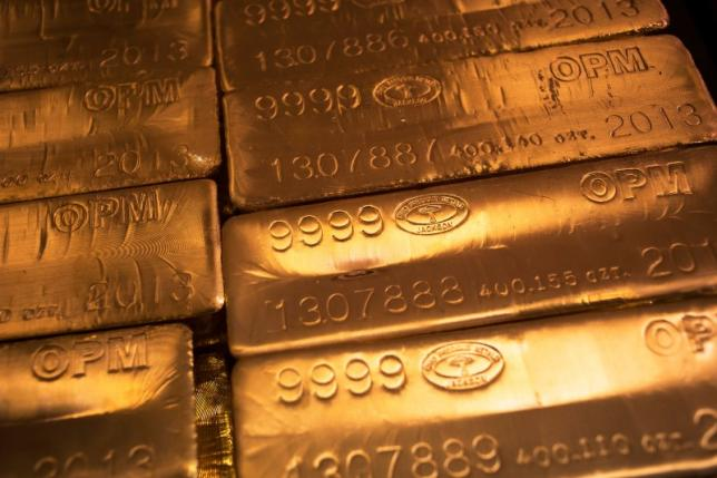 24 karat gold bars are seen at the United States West Point Mint facility in West Point, New York June 5, 2013.    REUTERS/Shannon Stapleton/File Photo     TPX IMAGES OF THE DAY      - RTX2HVN1