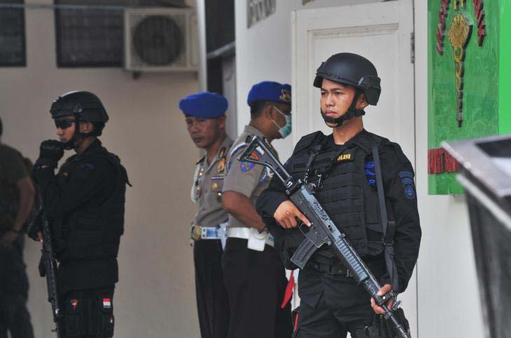 Indonesian security forces stand guard at the hospital where a body believed to be that of the country's most-wanted militant, Santoso is lying in Palu, Central Sulawesi, Indonesia on July 19, 2016. Photo: Reuters Thomson Foundation