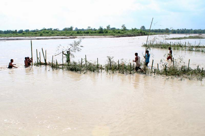 Locals building an embankment after water level rose in Batraha River at Gangate of Rajghat-3 in Morang district, on Saturday, July 30, 2016. Photo: RSS