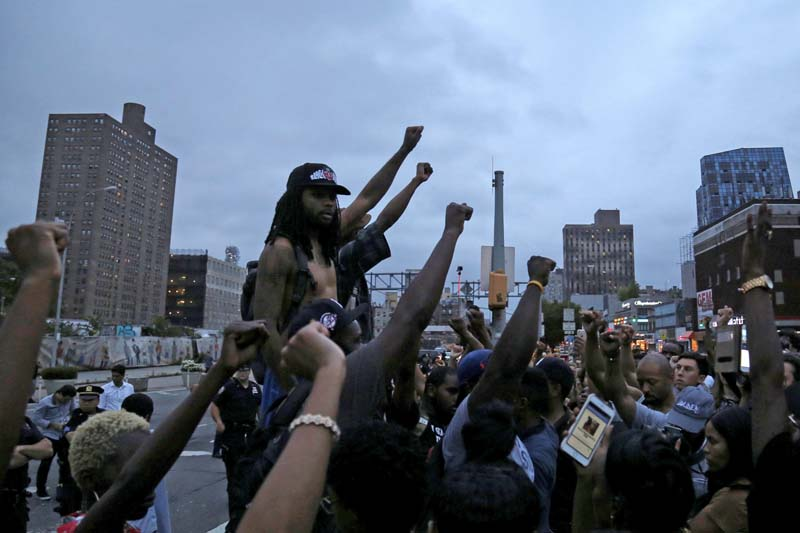 Protesters raise their hands in solidarity as they prepare to march across the Williamsburg Bridge against police brutality in Manhattan, New York, US, on July 8, 2016. Photo: Reuters