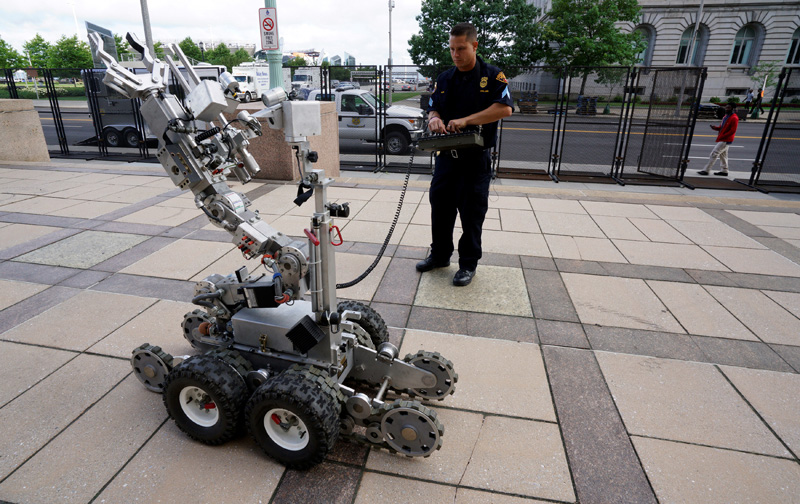 Cleveland police demonstrates a Remotec F5A explosive ordnance device robot during a demonstration of police capabilities across the street from city hall near the site of the Republican National Convention in Cleveland, Ohio July 14, 2016. Photo: Reuters