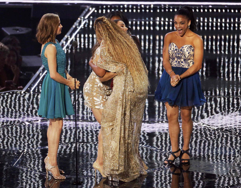 Beyonce accepts the Female Video of the Year award from U.S. Olympic gymnasts Madison Kocian, Aly Raisman, Simone Biles and Laurie Hernandez during the 2016 MTV Video Music Awards in New York, US, August 28, 2016.  Phott: REUTERS