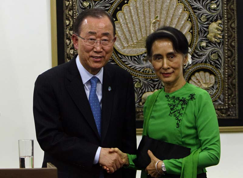 Myanmar Foreign Minister Aung San Suu Kyi (R) shakes hands with UN Secretary General Ban Ki-moon (L) after their press conference at the Foreign Ministry office in Nay Pyi Taw, Myanmar on Tuesday, August 30, 2016. Photo: AP