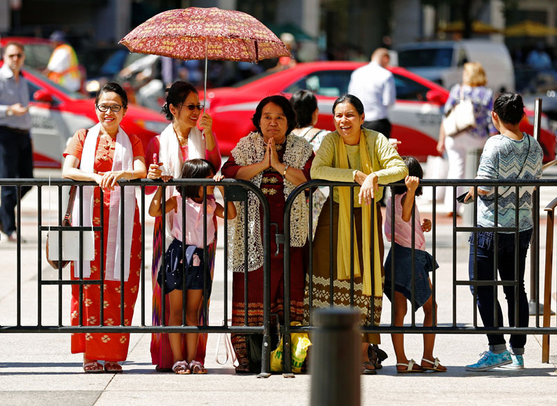 Supporters wait for a glimpse of Myanmar's State Counsellor Aung San Suu Kyi before she arrives for a lunch meeting with US Secretary of State John Kerry at the Blair House, a guest residence on the White House campus in Washington, DC, US, on September 14, 2016. Photo: Reuters