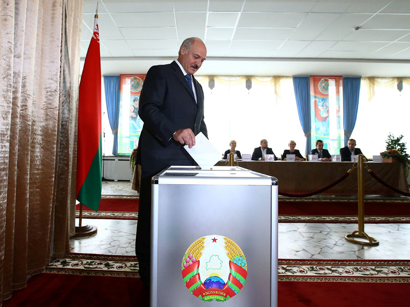 Belarussian President Alexander Lukashenko casts his ballot during a parliamentary election at a polling station in Minsk, Belarus, on September 11, 2016. Photo: Reuters