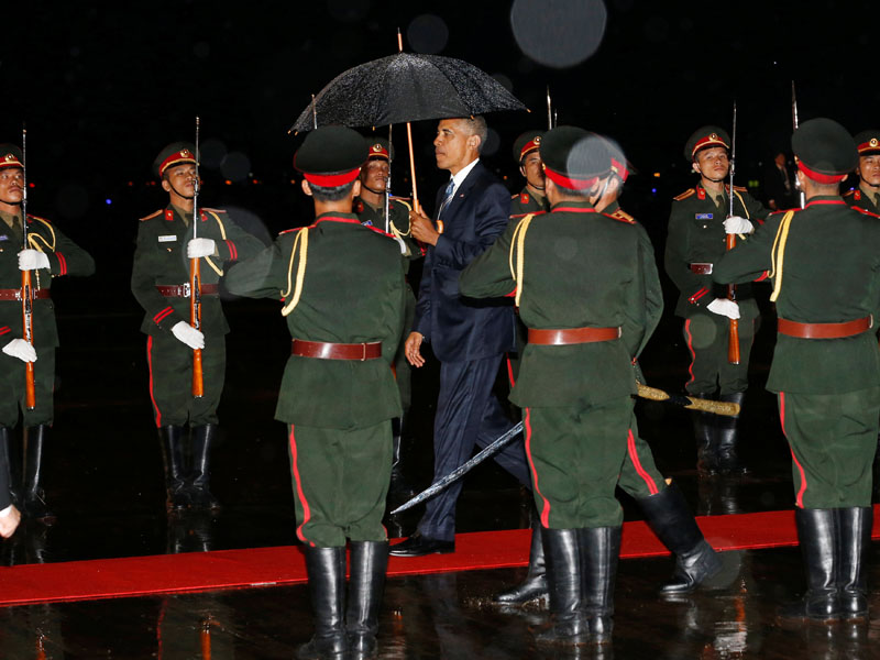 US President Barack Obama (Centre) is greeted with an honor guard and red carpet as he arrives aboard Air Force One, ahead of the ASEAN Summit, at Wattay International Airport in Vientiane, Laos, on September 5, 2016. Photo: Reuters