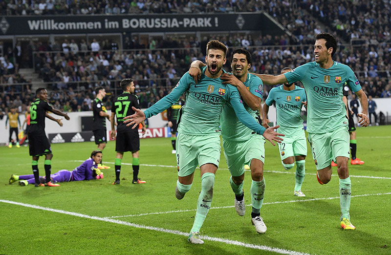 Barcelona's Gerard Pique (centre) celebrates after scoring his side's second goal during the Champions League group C soccer match between Borussia Moenchengladbach and FC Barcelona in Moenchengladbach, Germany, on Wednesday, September 28, 2016. Photo: AP