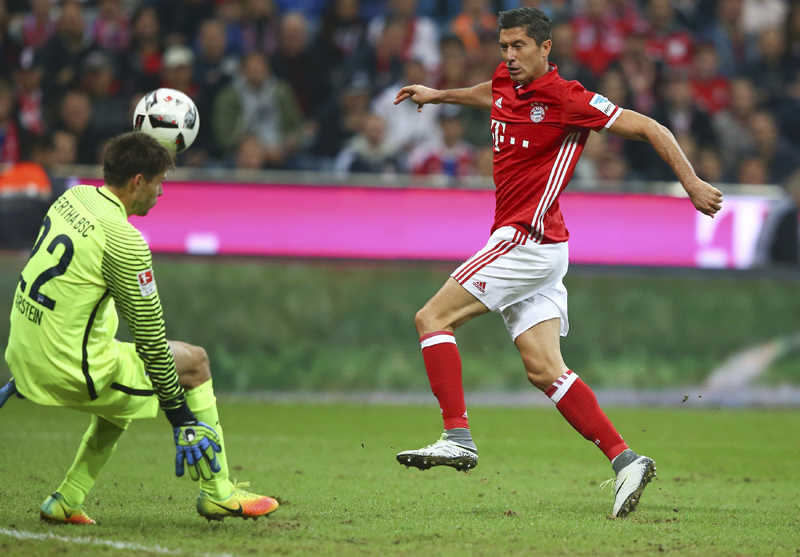 Bayern Munich's Robert Lewandowski and Hertha's Rune Jarstein in action. Photo: Reuters