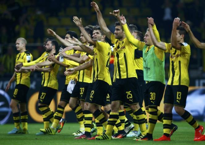 Football Soccer - Borussia Dortmund v SC Freiburg - German Bundesliga - Signal Iduna Park, Dortmund, Germany - 23/09/16 Borussia Dortmund players celebrate after match.     RUTERS/Thilo Schmuelgen