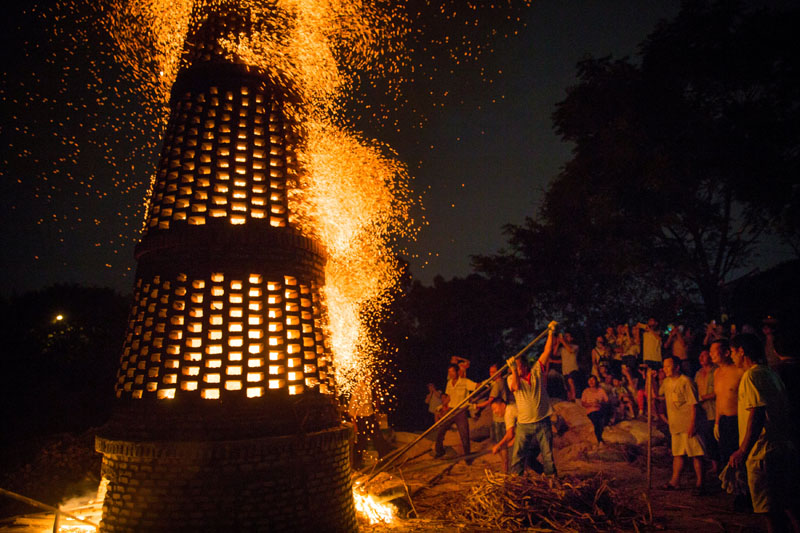 People burn a brick tower to celebrate the mid-autumn festival in Guangzhou, Guangdong province, China, September 14, 2016. Photo: Reuters