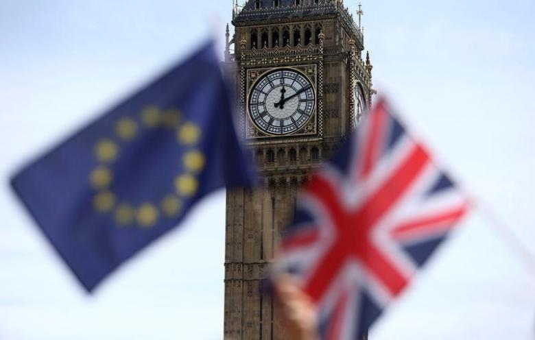 Participants hold a British Union flag and an EU flag during a pro-EU referendum event at Parliament Square in London, Britain June 19, 2016. REUTERS/Neil Hall/Files