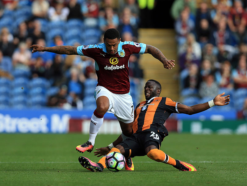 Burnley's Andre Gray (left) and Hull City's Adama Diomande battle for the ball during their English Premier League soccer match at Turf Moor, Burnley, England, on Saturday, September 10, 2016. Photo: Clint Hughes/PA via AP