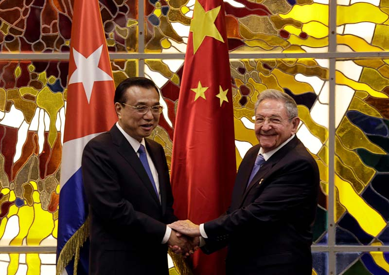 Cuba's President Raul Castro (R) shakes hands with Chinese Premier Li Keqiang during their meeting at Havana's Revolution Palace, Cuba, on Saturday, September 24, 2016. Photo: Reuters