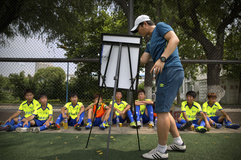 Coach Zhang Yanmao gives instructions to his team during halftime of a game against a team from Myanmar in a youth soccer tournament in Qinhuangdao in northern China's Hebei Province, on  August 1, 2016. Photo: AP