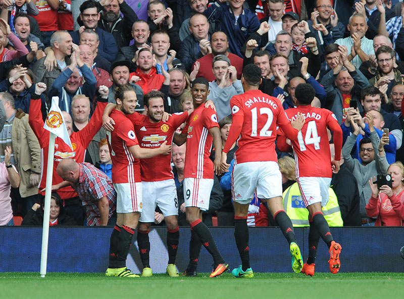 Manchester United's Juan Mata (2nd left), celebrates with team mates after scoring during the English Premier League soccer match between Manchester United and Leicester City at Old Trafford in Manchester, England, on Saturday, September 24, 2016. Photo: AP