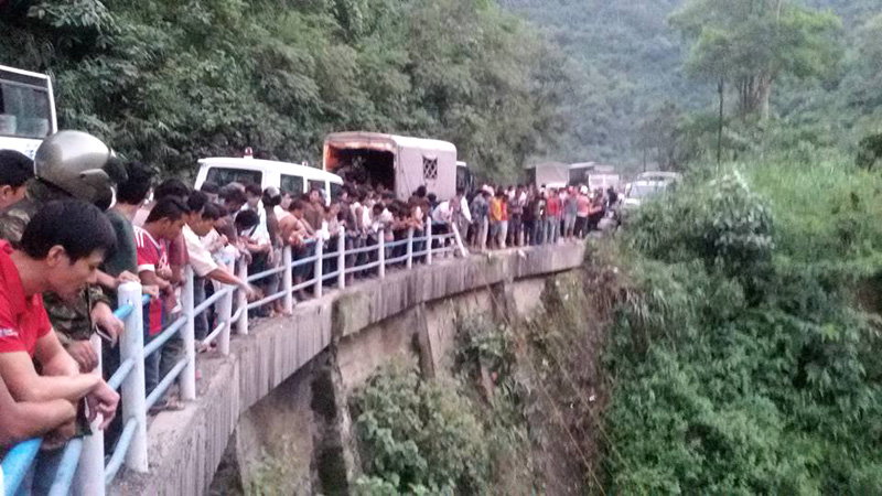 Onlookers gather at a point of Prithvi Highway after a jeep carrying former minister Madhav Ghimire plunged into the Trishuli River, killing at least three, in Chitwan district, on Sunday, September 25, 2016. Photo: Shiva Khanal