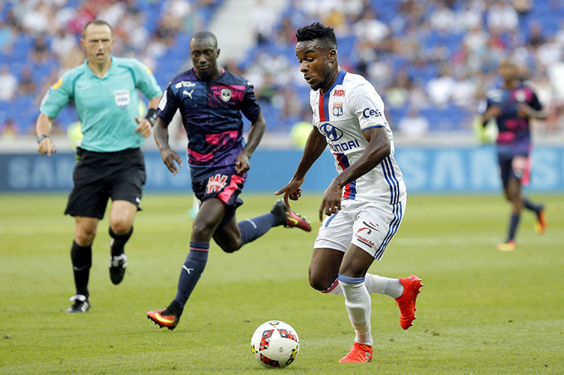 Lyon's Gnaly Albert Maxwell Cornet (right) controls the ball during their French League One soccer match against Bordeaux in Decines, near Lyon, central France, on Saturday, September 10, 2016. Photo: AP